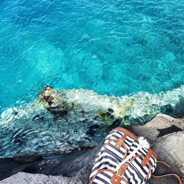 Sac a dos et reflets dans l'eau a la Pointe de Vieux Fort